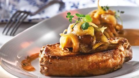 Свински стек с конфи от лук и сладко от смокини