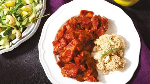 Свинско с кускус и свежа салата с рукола и круша