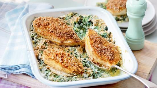 Пилешко филе с орехова коричка върху къри със спанак