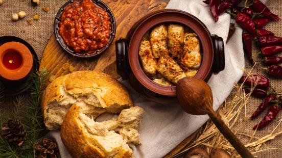 Зелеви сарми с лешници и люти чушки, поднесени с доматена салца