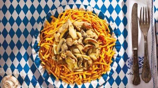 Гешнецeлтeс с пилешко филе, поднесено с шпецлe