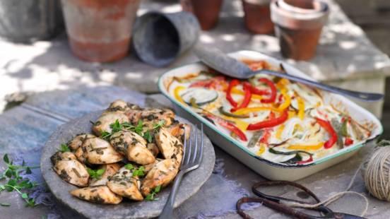 Пилешко филе със зелени подправки и със зеленчуков огретен