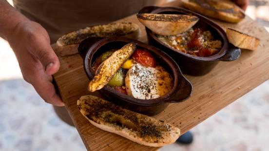 Гювече със сирене, домати, чушки и препечен хляб с масло