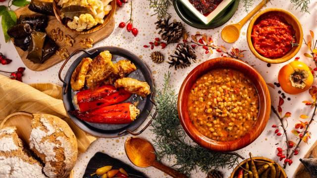Зелеви сарми с гъби, стафиди и ориз, запечени с пресен домат в глинен съд