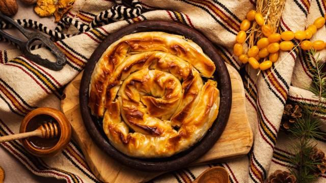 """Баница с печени ябълки, стафиди, орехи и мед """"Ябълчник"""""""