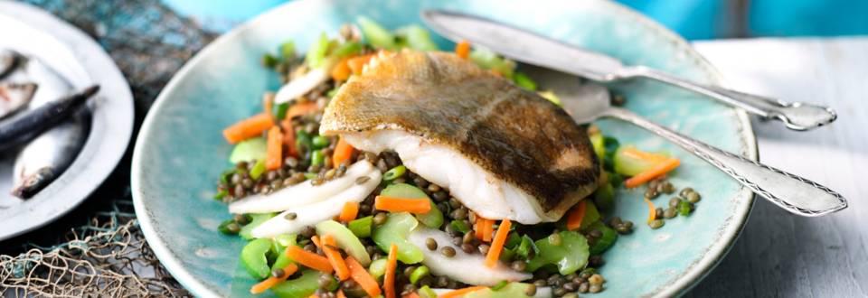 Пържена риба върху салата от леща