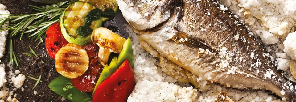 Печена ципура в морска сол и гриловани зеленчуци с ментов сос