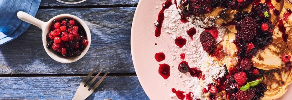 Миниплачинки с домашно сладко от горски плодове и пудра захар