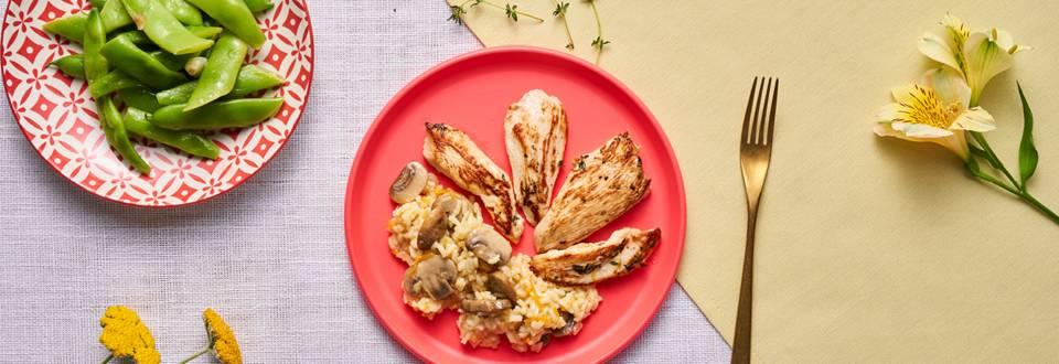 Пилешки гърди със сотиран зелен боб с чесън, гъби и ориз
