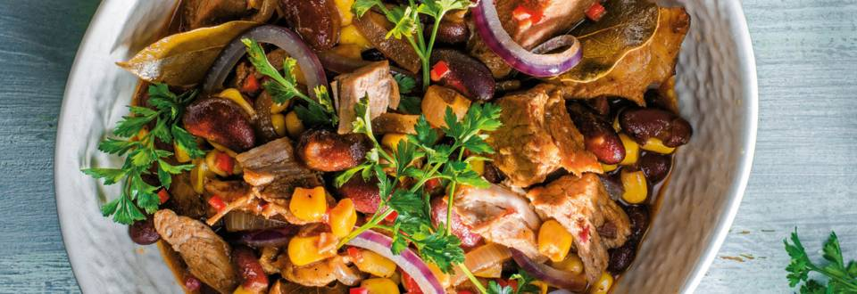 Свинско с червен боб и царевица, поднесено с чесново хлебче