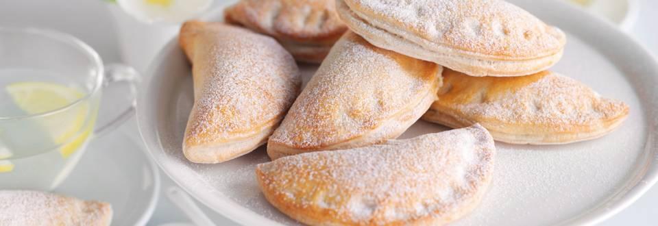 Руски пирожки с извара и ябълки