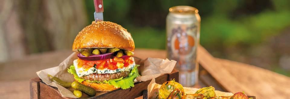 Кобе бургер с горгонзола и доматена салца с босилек, поднесен с пресни сотирани картофки