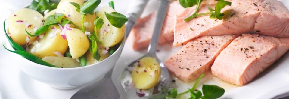 Сьомга с пикантна картофена салата със зелен фасул