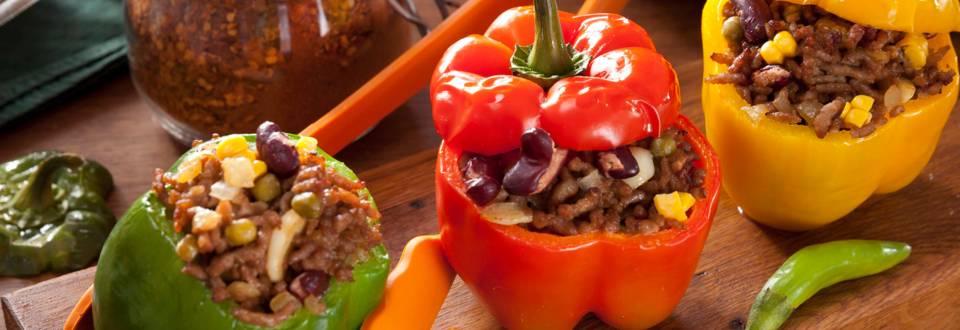 Пълнени чушки с кайма, червен боб и царевица