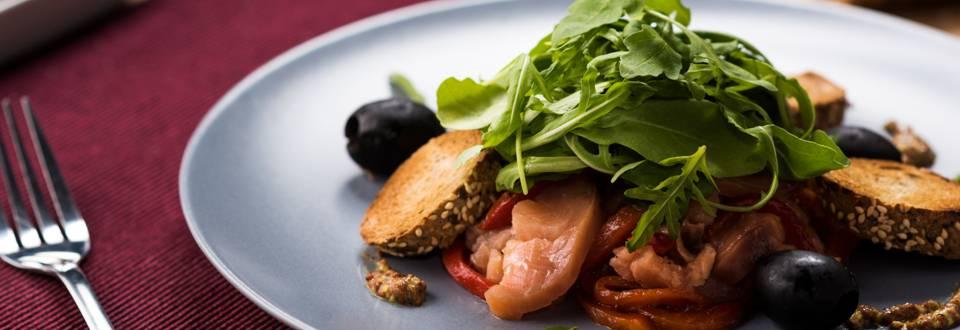 Маринована сьомга с печени чушки и кръгчета от черен хляб