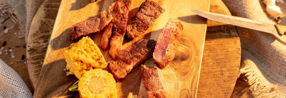 Три тип стек с гарнитура от сладка царевица с масло и чедър