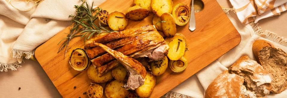 Печен агнешки котлет с ребра, поднесен с пролетни картофи с розмарин