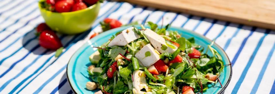Микс зелени салати с ягода и бри