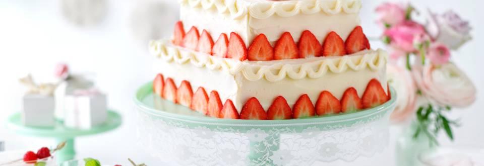 Ягодова сватбена торта с бадеми