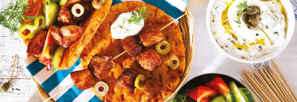 Сувлаки от свинско месо в пърленка със свежи зеленчуци и дзадзики
