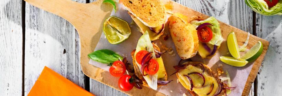 Телешки сандвич с чедър в зеленчуков хляб