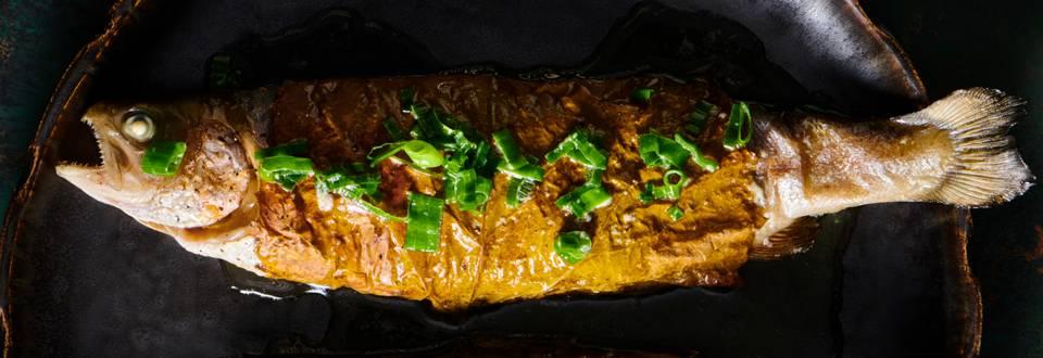Пъстърва в лозов лист със сланина и пресен лук на фурна по рецепта на шеф Шишков