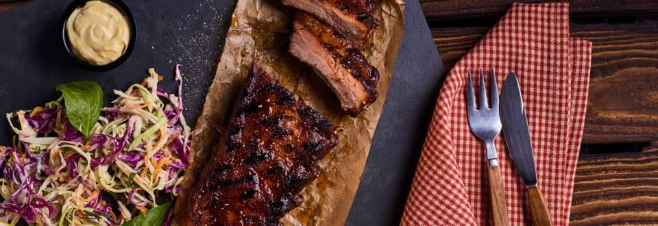 Свински ребра, мариновани със свежо колсло и медено-горчичен сос