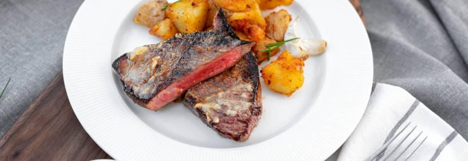 Денвър стек с гарнитура от късан, пържен картоф с пушен пипер и чесново масло