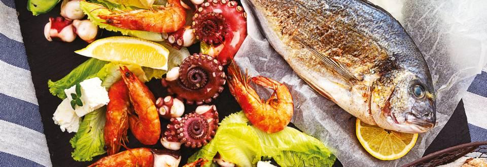 Средиземноморско плато с ципура в пергамент, октопод, скариди и свежа салата