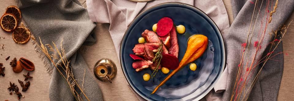 Патешко филе с пюре от морков и чипс от червено цвекло