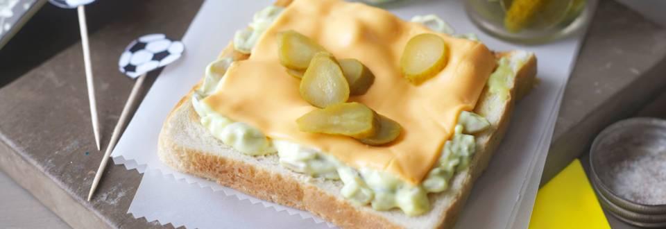 Тост с топено сирене и кисели краставички