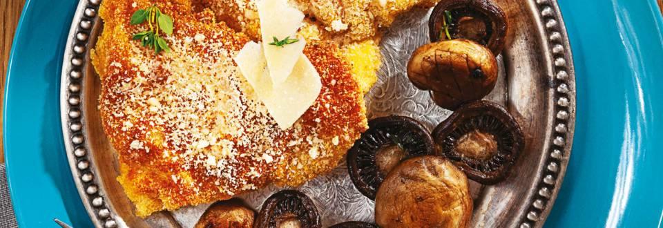 Панирано пилешко филе и задушени гъби в масло