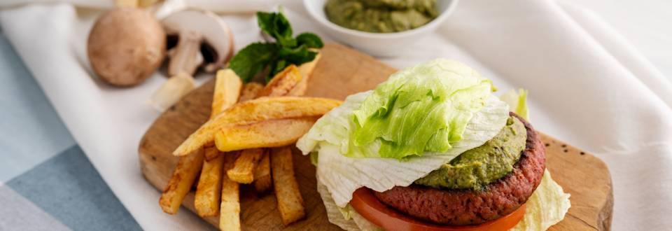 """Вегански бургер, поднесен в листа от айсберг със зелен """"кетчуп"""""""
