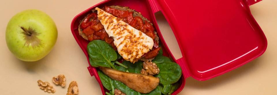 Сандвич със запечено сирене и мармалад от червени чушки и салата със спанак