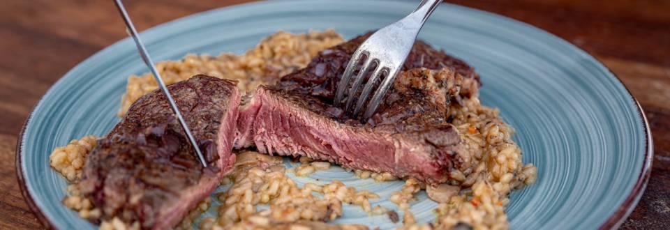 Рибай стек с винен сос и ризото с гъби