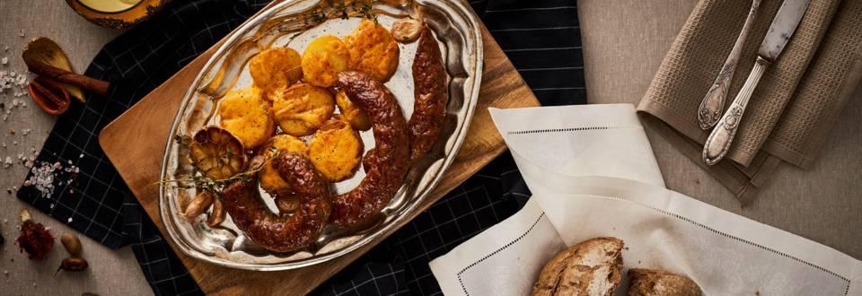 Кълцана наденица на скара и печени картофи с чедър и дип с горчица