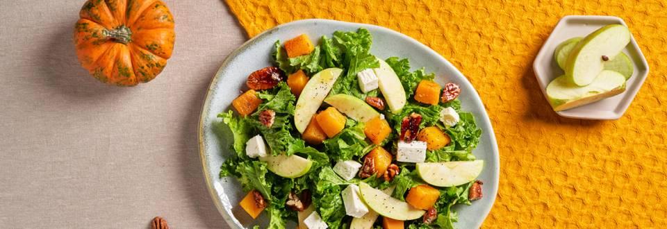 Есенна салата с кейл, ябълки,  печена тиква и сирене