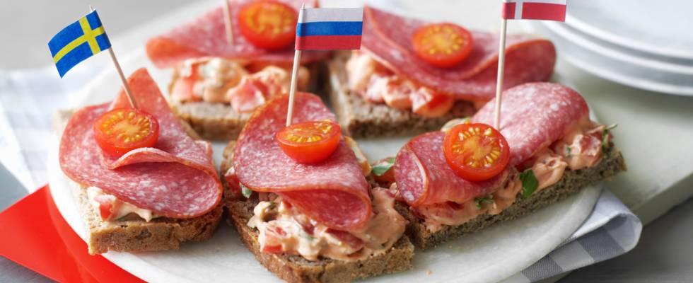 """Червен картон"" (сандвич с домати и сух салам)"