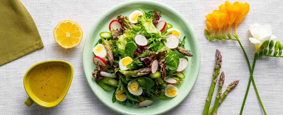 Микс от зелени салати с аспержи, репички и пъдпъдъчи яйца – чудесна пролетна рецепта