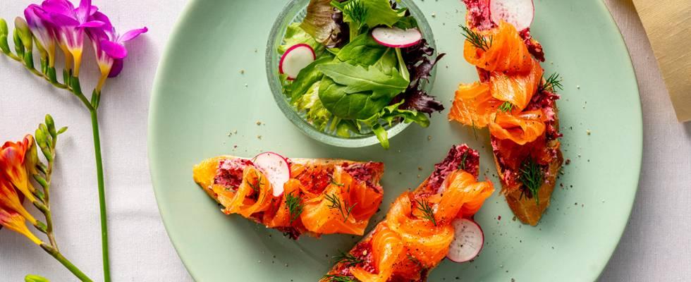 Гравлакс от сьомга с джин и лайм, билково масло, червено цвекло, хрупкав хляб и свежи листни зеленчуци – по рецепта на шеф Шишков